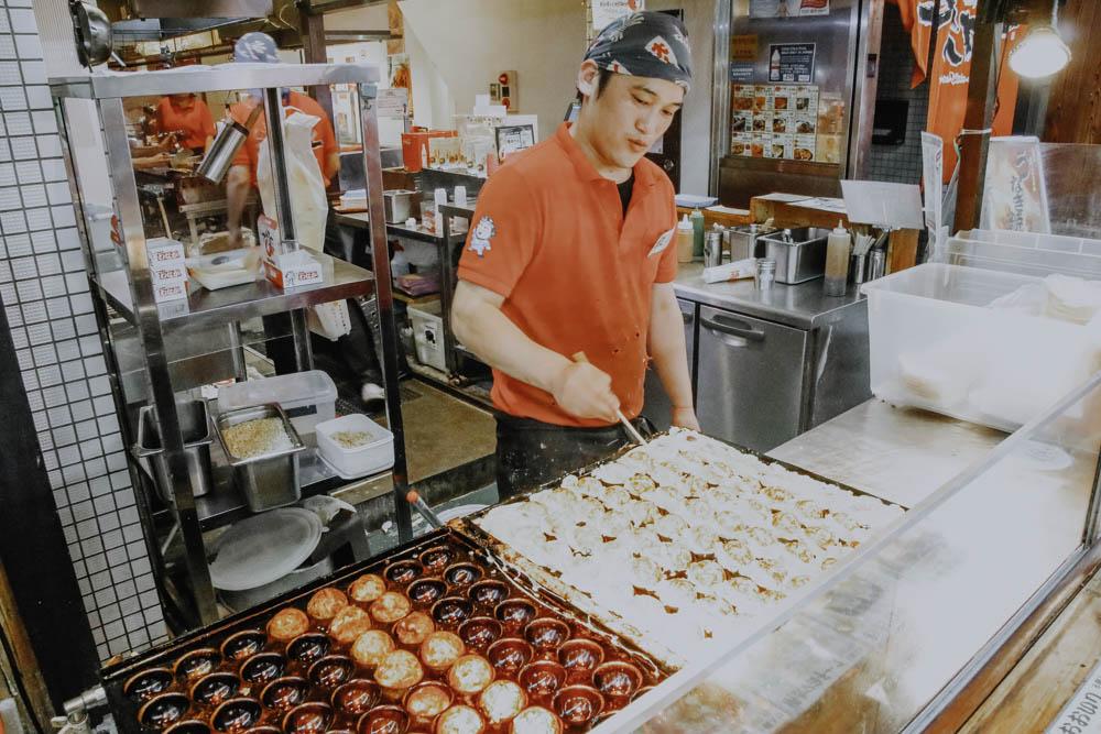 Squidballs im Kurumon Market in Osaka