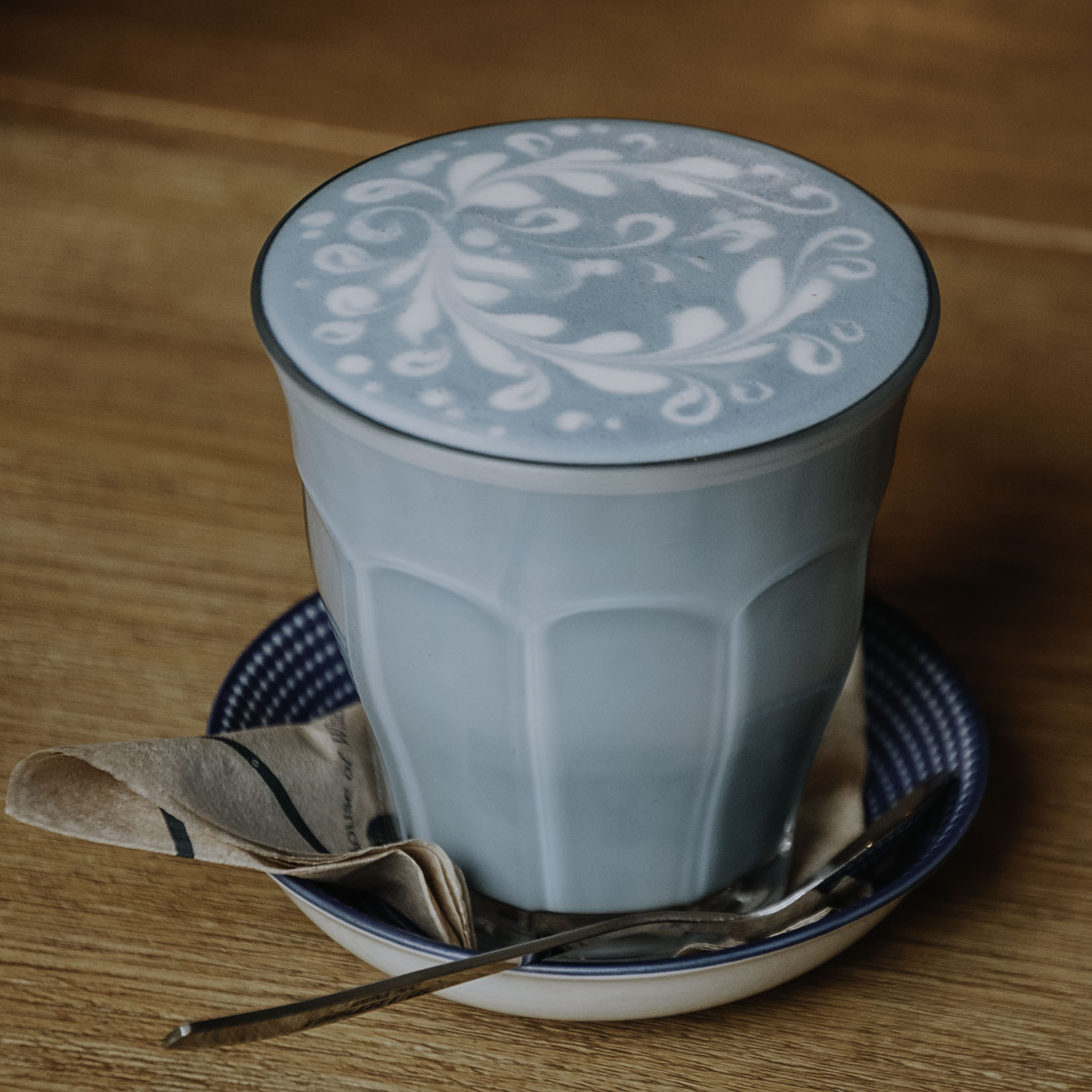 Butterfly Pea Latte im Blue Whale Café
