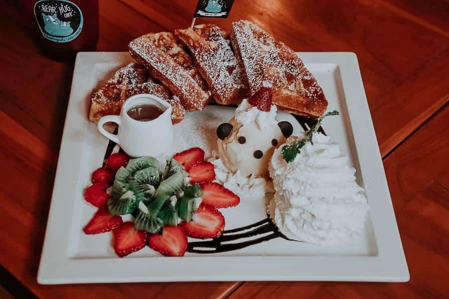 Bear Hug Cafe Waffeln mit Sirup und Obst